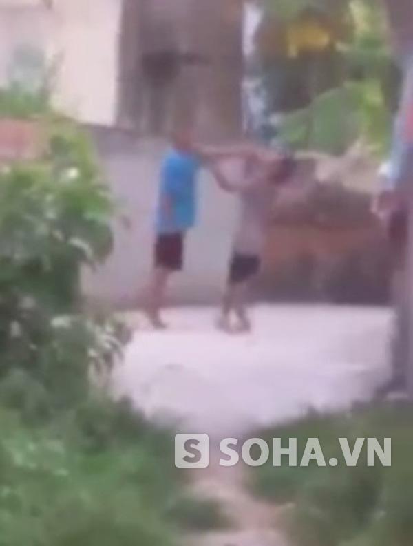 Ông Lợi bị cháu đẩy ngã (ảnh cắt từ video)