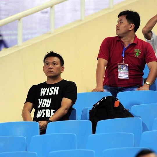 Trợ lý Apisit Khaikaew trên khán đài (ảnh: Người lao động).