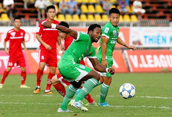 Trải qua 4 mùa giải ở V-League nhưng Oseni đã khoác áo 5 CLB, tương ứng là những khoản tiền khổng lồ. Ảnh: Thể thao Việt Nam