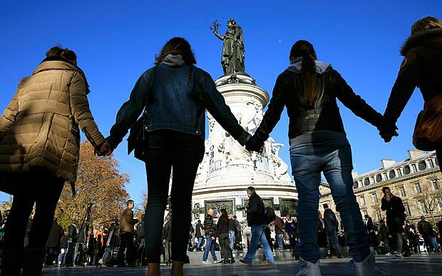 Người dân Paris nắm tay nhau thể hiện sự đoàn kết của con người tại địa điểm bị tấn công khủng bố gần nhà hát Bataclan.  Nguồn: Reuters