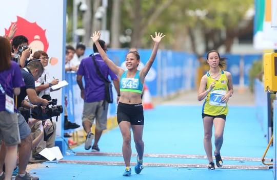 Niềm vui chiến thắng của nữ hoàng đi bộ Nguyễn Thị Thanh Phúc. Sau kì SEA Games trước bị xử ép và mất HCV một cách ấm ức, cô gái trẻ này đã quay lại vị trí số 1 Đông Nam Á theo cách không thể thuyết phục hơn.