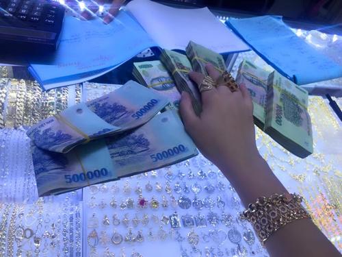 Phi Thanh Vân khoe tiền mặt và vàng đeo kín tay