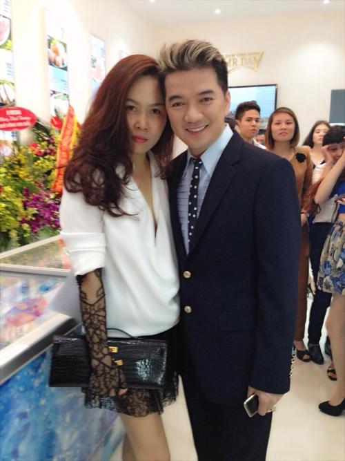 Nữ doanh nhân Linh Phượng cảm động trước hoàn cảnh của gia đình em Hoàn và gửi món quà nhỏ đến em.