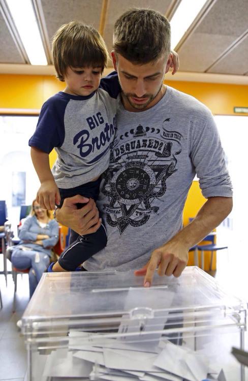 Pique đi bỏ phiếu trong một cuộc trưng cầu dân ý ở Catalunya.
