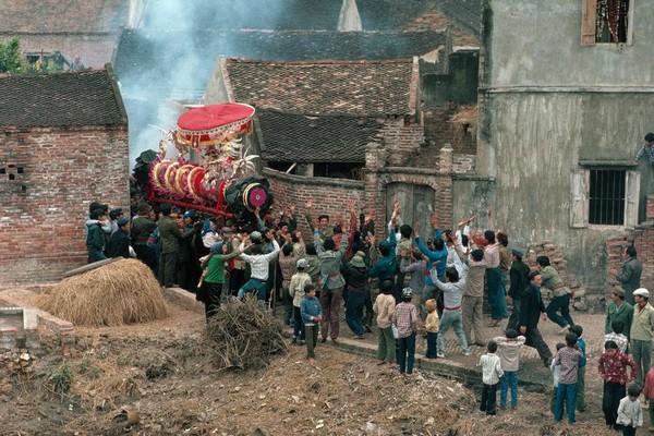 Đám rước dịp Tết ở một làng quê Việt Nam năm 1989. (Ảnh: David Aland Harvey)