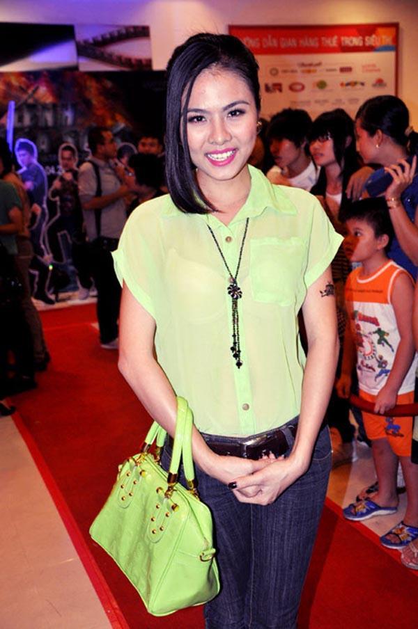 Song khi thoát khỏi những vai diễn, Vân Trang lại trở thành biểu tượng sến sẩm của showbiz với cách ăn mặc kì quặc, già nua.