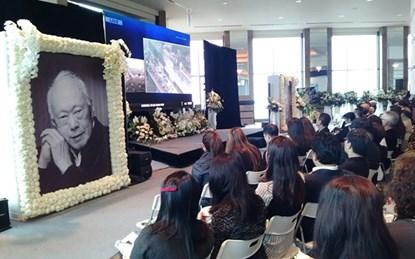 Nhiều người ở Hong Kong trong trang phục màu đen tập trung theo dõi lễ tang của ông Lý.