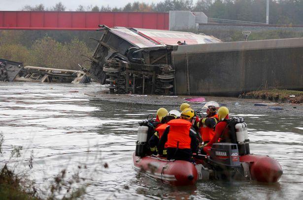 Các nhân viên cứu hộ tìm kiếm mảnh vỡ từ chiếc tàu cao tốc được cho là chạy thử nghiệm