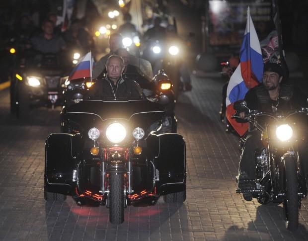 """Thủ lĩnh """"Sói đêm"""" Alexander Zaldostanov (phải) là bạn thân ông Putin."""