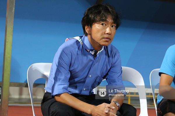 HLV Miura của ĐT U23 Việt Nam với thói quen đáng kinh ngạc. Ông luôn đeo ngược thẻ ngay cả khi trận đấu đang diễn ra hay khi vào phòng họp báo. Đây là một trong những hình ảnh gây tò mò nhất với NHM