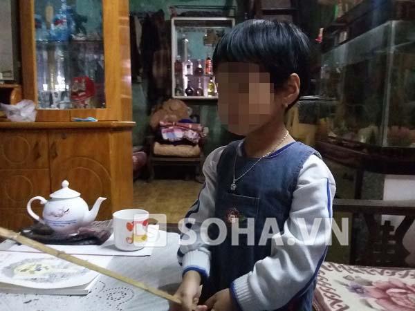 é Bàng Thị H.P. cầm trên tay chiếc roi được bố thiết kế dành riêng cho mình