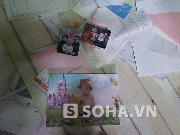 Những bức ảnh gia đình vứt ngổn ngang tại hiện trường