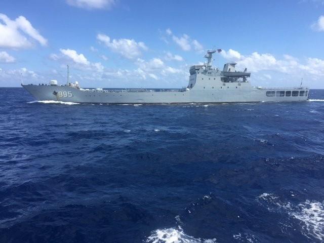 Tàu chiến 995 của Trung Quốc đang đe dọa tàu Hải Đăng 05. Ảnh do thuyền viên tàu Hải Đăng 05 cung cấp. (Nguồn: Tuổi trẻ)