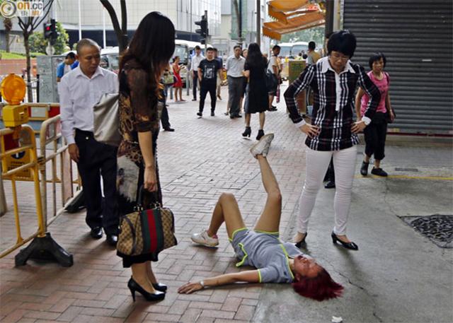 Thất tình, cô gái nằm lăn lộn giữa đường đông người.