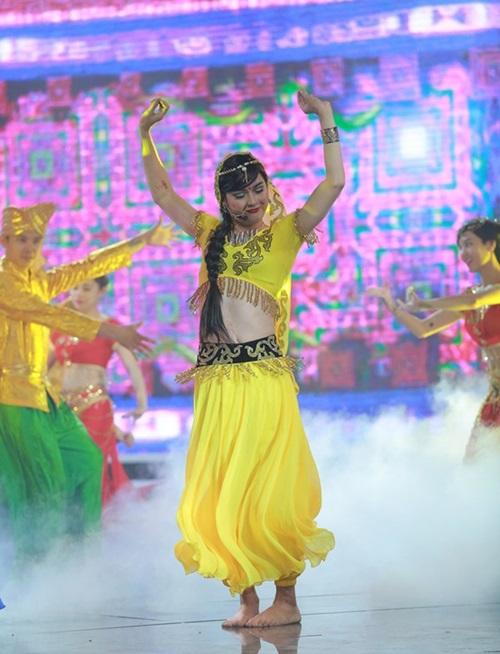 Không chỉ ở Gương mặt thân quen, trong chương trình Cùng nhau tỏa sáng, khán giả thường xuyên được nhìn thấy Thanh Duy lên sân khấu trong vẻ ngoài của một cô gái.