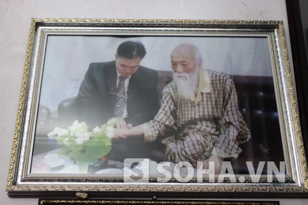 Bức ảnh ông Nho gặp gỡ, thăm hỏi bệnh tình của PGS Văn Như Cương.