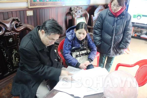 Lương y Nguyễn Bá Nho xem hồ sơ bệnh án của một bệnh nhân.