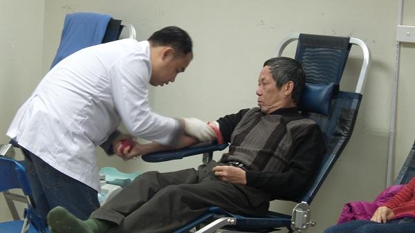 Khi được các bác sĩ vận động hiến máu, ông Hà Công Dậu hăng hái tham gia.