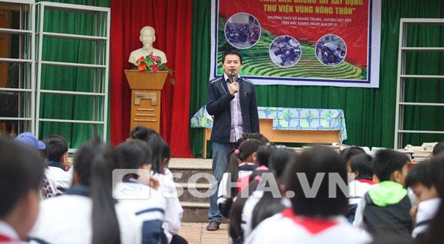 Đại diện Báo điện tử Trí Thức Trẻ chia sẻ về chương trình Thư viện vùng quê tại trường THCS Nghĩa Trung.