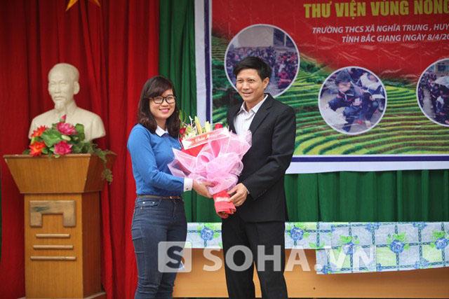 Đại diện Công ty CP Thế giới số Trần Anh nhận hoa và lời cảm ơn từ Hiệu trưởng trường THCS Nghĩa Trung.