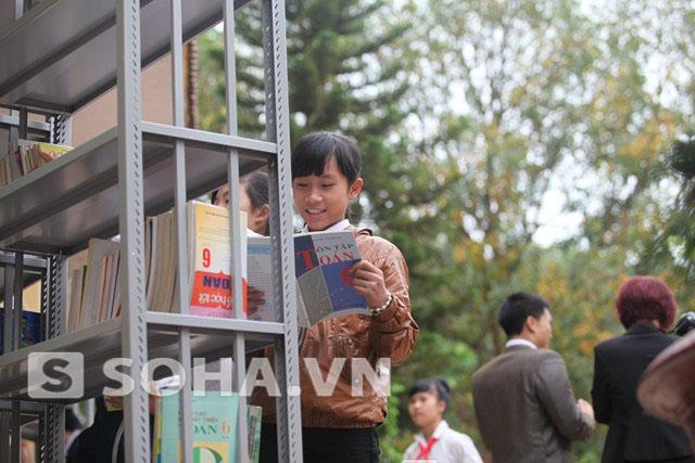 Niềm vui của các em học sinh khi đón nhận sách.