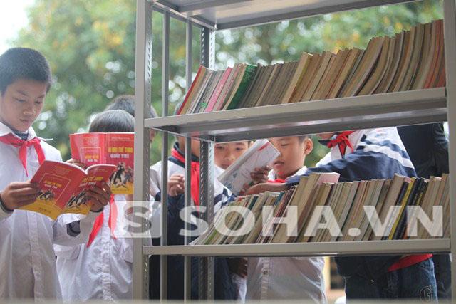 Sách thư viện vùng quê đến với học sinh trường THCS Nghĩa Trung, Việt Yên, Bắc Giang.