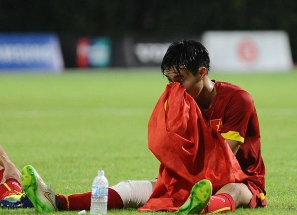 Cầu thủ Nguyễn Văn Toàn của ĐT U23 Việt Nam khóc trên lá cờ Tổ quốc khi ghi bàn ấn định chiến thắng 5-1 trong trận đấu với U23 Malaysia. Bàn thắng là phần thưởng xứng đáng cho nỗ lực không biết mệt mỏi của cầu thủ trẻ.