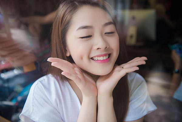 Với MV mới, Khánh Tiên tiếp tục gây ấn tượng bởi ngoại hình xinh đẹp, trong sáng đúng như lứa tuổi 19 của cô.