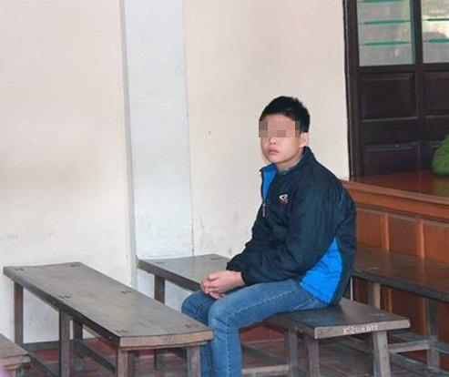 Suốt phiên tòa, Cường chỉ ngồi lặng lẽ nhìn xung quanh với vẻ mặt đượm buồn, ân hận.