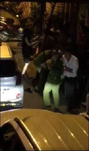 Khi cô bước ra khỏi xe và bắt đầu chửi bới, lực lượng chức năng đã lập tức khống chế Trang Trần.