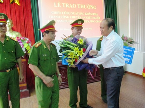 Chủ tịch UBND tỉnh Bắc Giang Nguyễn Văn Linh tặng thưởng cho một số đơn vị thuộc Công an tỉnh, Công an huyện Lục Ngạn và Viện Khoa học hình sự - Bộ Công an.