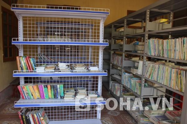 Thư viện trường còn nghèo nàn, hiện nay chỉ có khoảng 2000 cuốn.