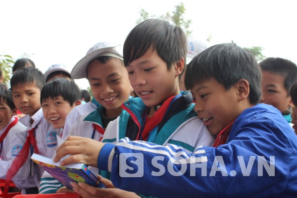 Niềm vui của những học trò nghèo ở xã Yên Tiến, huyện Ý Yên.