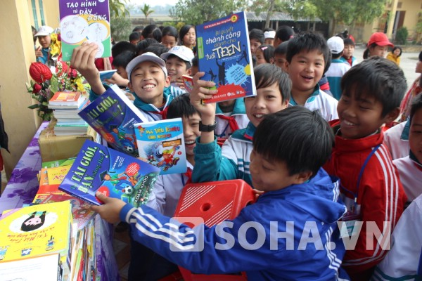 Niềm hân hoan của học sinh nhà trường khi cầm trên tay cuốn truyện, sách mới, bổ ích.