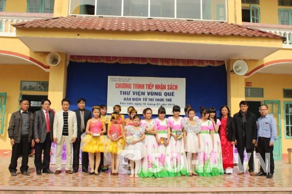 Lãnh đạo phòng giáo dục, UBND xã cùng đoàn Báo trao tặng sách cho các em học sinh.