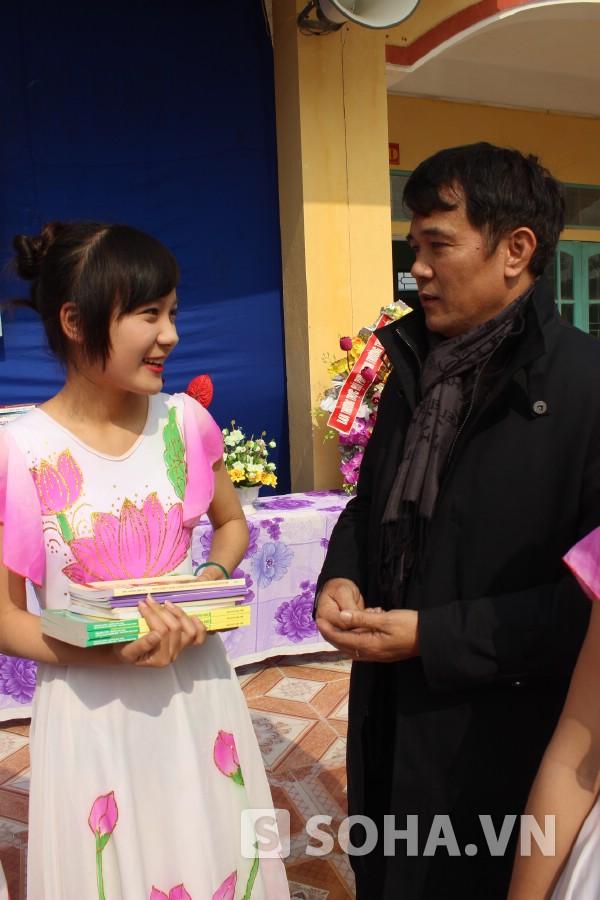 Luật sư Trương Quốc Hòe trao sách cho học trò Yên Tiến.