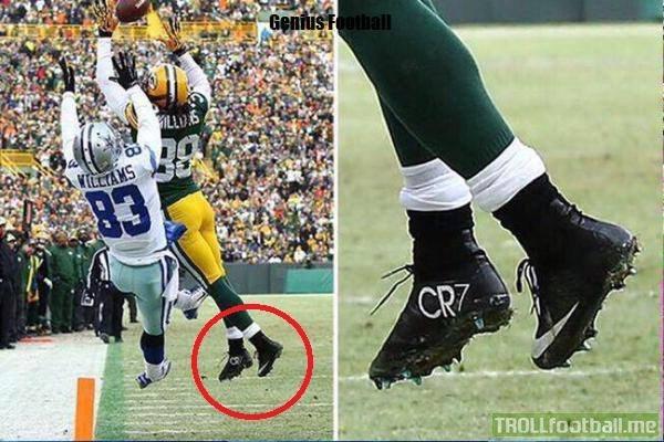 Bóng bầu dục cũng được mang giày CR7?