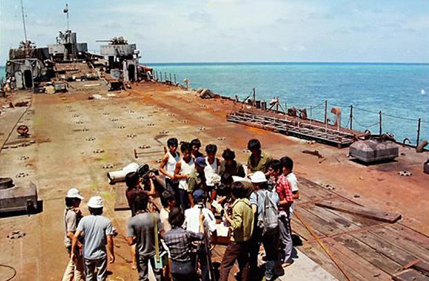 Phỏng vấn các chiến sĩ trên tàu HQ505, con tàu mặc dù đã bị lính Trung Quốc bắn cháy vẫn lao lên đảo Cô Lin giữ đảo, khẳng định chủ quyền của Việt Nam. Ảnh: Báo Đà Nẵng