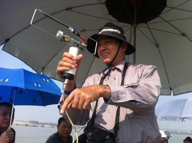GS.TS Vũ Bằng và chiếc máy đo tia đất của mình