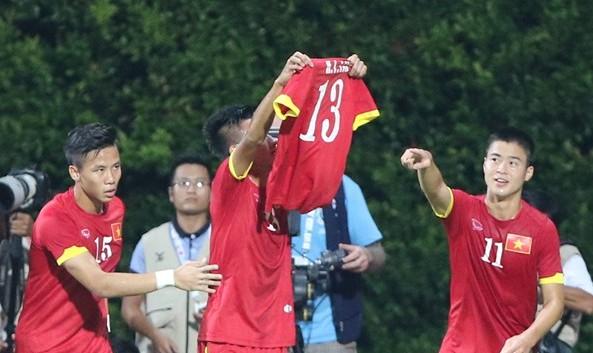Sau khi Mạc Hồng Quân ghi bàn đầu tiên trong trận đấu với U23 Malaysia. Các cầu thủ đã mang chiếc áo của Tấn Tài giơ lên cao để ăn mừng. Đây là hình ảnh đẹp minh chứng cho tinh thần đoàn kết của những cầu thủ áo đỏ.