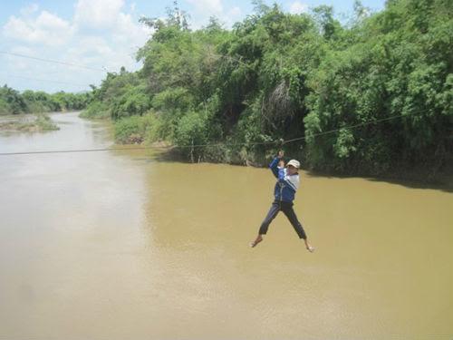 Học sinh đu dây vượt sông