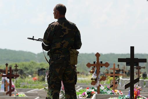 Lính phe ly khai trong nghĩa trang tại Donetsk. Ảnh: Gazeta.ru