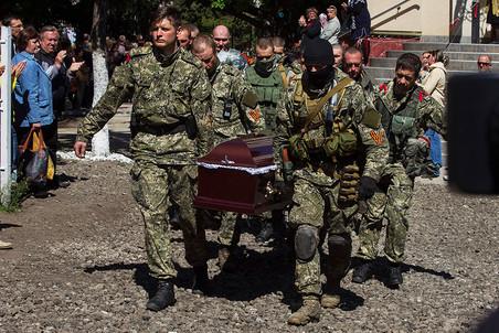Chôn cất một lính phe ly khai tại thành phố Slavyansk, tháng 5/2014. Ảnh: Gazeta.ru