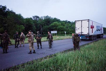 Quân lính phe ly khai tiễn chiếc xe chở xác lính tình nguyện về Nga sau trận đánh bảo vệ sân bay Donetsk. Ảnh: Gazeta.ru