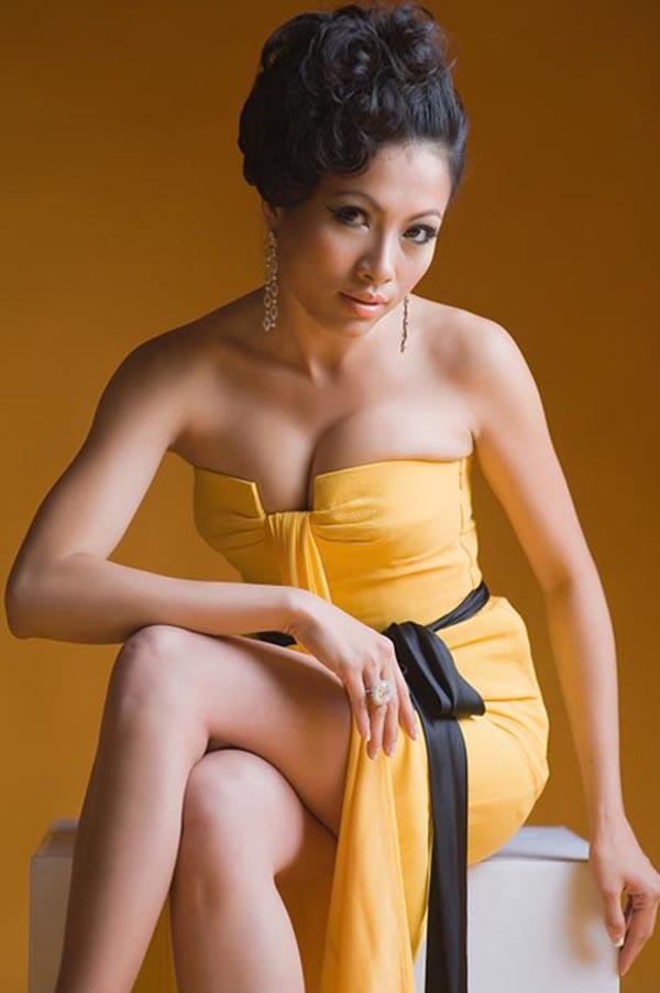 Có thời gian, Hoa hậu điện ảnh 1994 bị chê bai vì cách ăn mặc sến sẩm, thiếu cân đối với vóc dáng thực sự.
