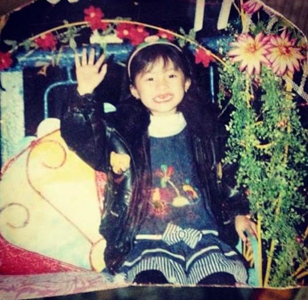 Phạm Hạ Vi sinh năm 1993 tại Hải Phòng. Những khoảnh khắc thời răng sún vẫn được cô lưu giữ và chia sẻ trên trang ảnh cá nhân.