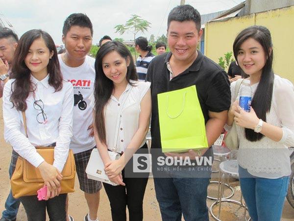 Hình ảnh Phạm Hạ Vi ăn mặc giản dị, có phần hơi quê (ngoài cùng bên trái) khi tham gia 1 hoạt động cùng với bạn bè vào cuối tháng 09/2012.