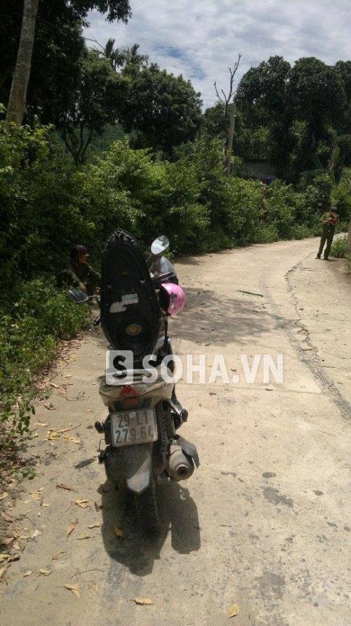 Chiếc xe máy Honda Air Blade dựng bên vệ đường (ảnh người dân cung cấp)