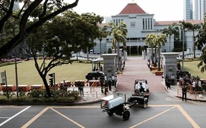 Đoàn xe đưa linh cữu ông Lý tới tòa nhà quốc hội.