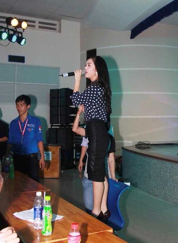 Phạm Quỳnh Anh phấn khích leo lên ghế hát.